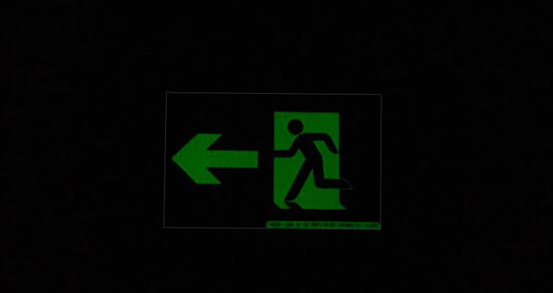 Placa de sinalização rota de fuga